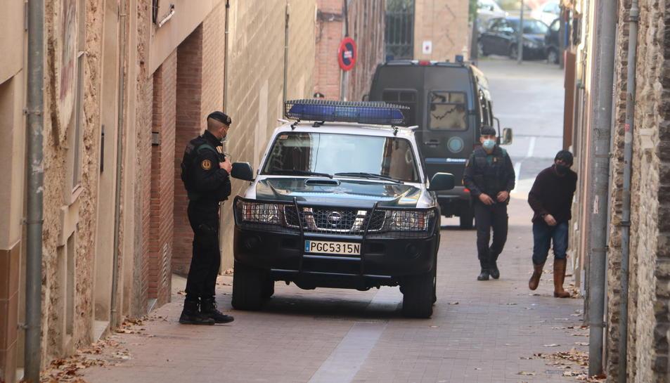 Vehicles de la Guàrdia Civil a les portes de la casa d'Oriol Soler.
