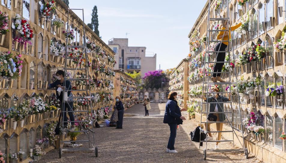 Aspecte que oferia ahir dijous al matí un dels carrers del cementiri de Tarragona, amb molta gent condicionant els nínxols.