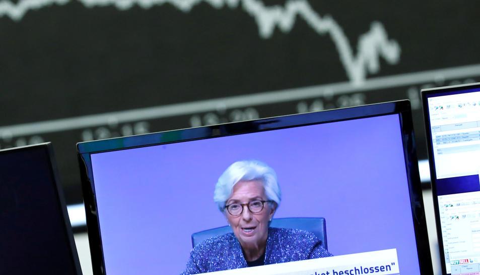 Pla general de la presidenta del BCE, Christine Lagarde, compareixent a través d'una pantalla.