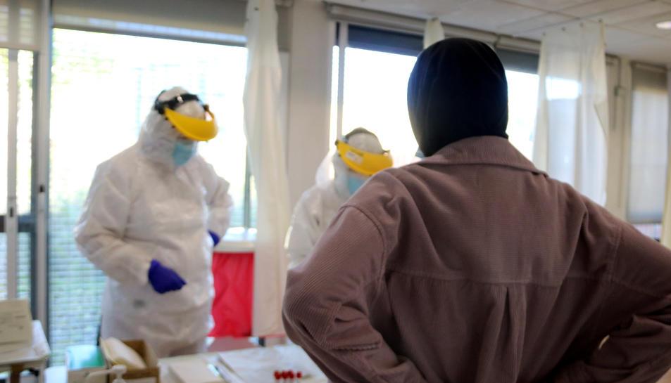 Una persona esperant per fer-se una prova PCR a un CAP de Palafrugell aquest 28 d'octubre del 2020. (Horitzontal)