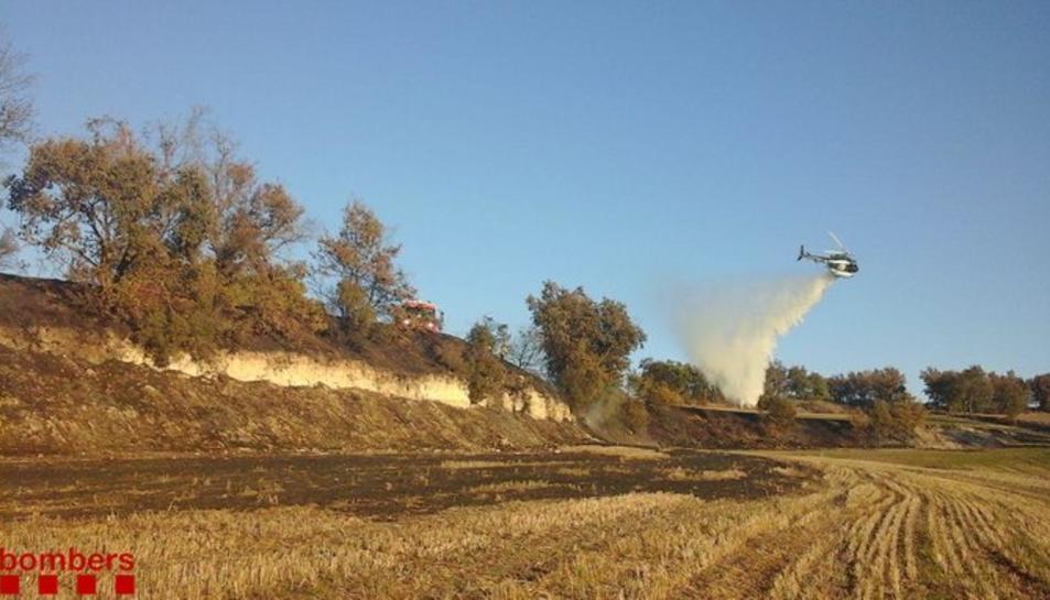 Un helicòpter bombarder treballa en l'extinció de l'incendi de Santa Coloma de Queralt
