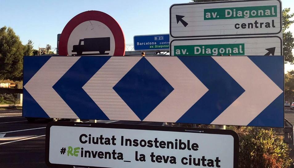Senyal instal·lat per Greenpeace que indica l'entrada a Barcelona com a ciutat poc sostenible