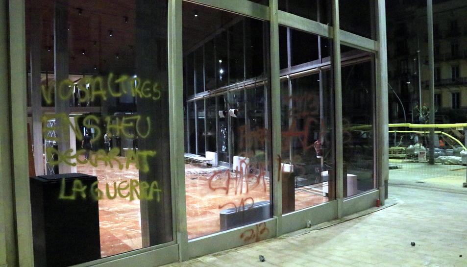Pintades a l'Edifici Novíssim de l'Ajuntament de Barcelona, després d'una manifestació contra els desnonaments