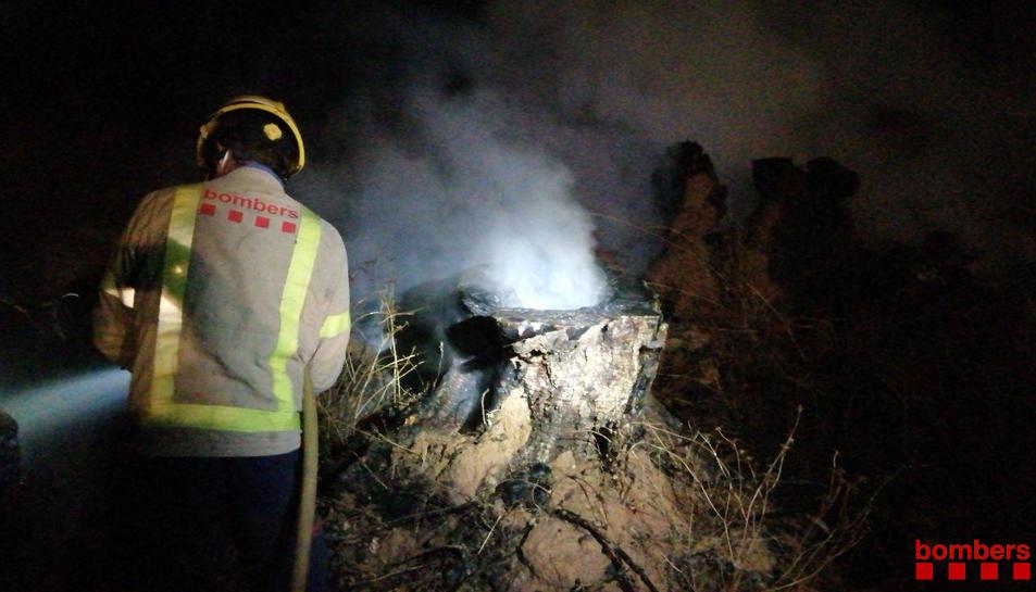 Un efectiu dels Bombers de la Generalitat treballant en l'extinció de l'incendi d'ahir a Gandesa