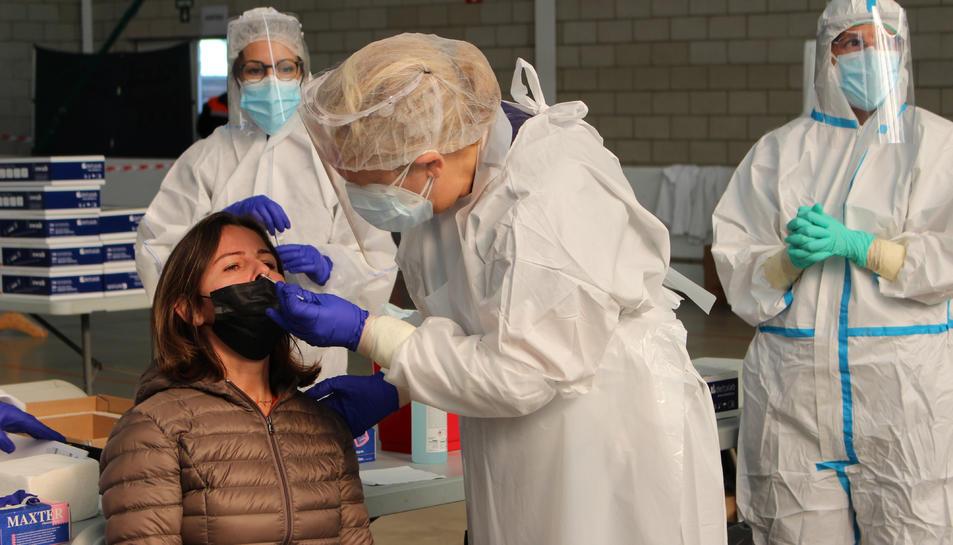 Una dona en el moment de fer-se la PCR aquest divendres 30 d'octubre de 2020 a Palafrugell