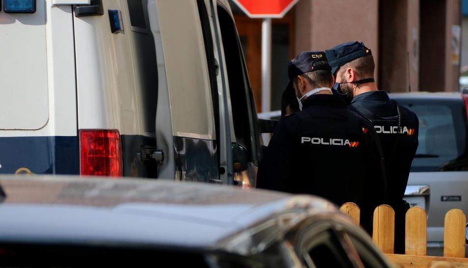 La policia espanyola arrestant el propietari d'un bar del Vendrell en el marc d'un operatiu anti droga.