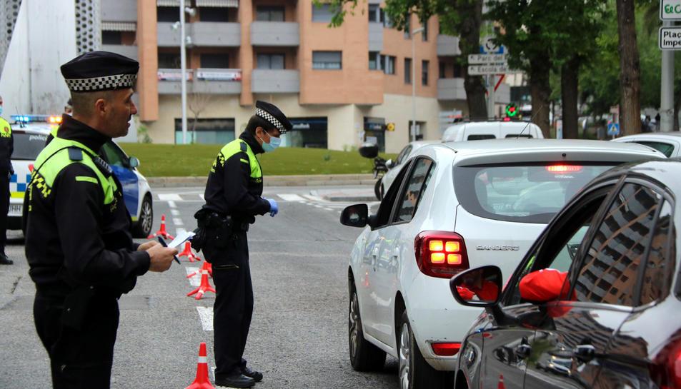 Dos agents de la Guàrdia Urbana de Tarragona durant un control de mobilitat.