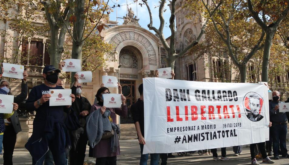 Diversos manifestants davant el TSJC mostrant una pancarta en suport a Dani Gallardo.