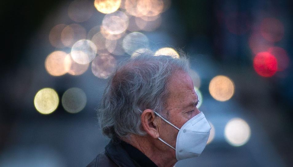 Una persona amb mascareta pel carrer.