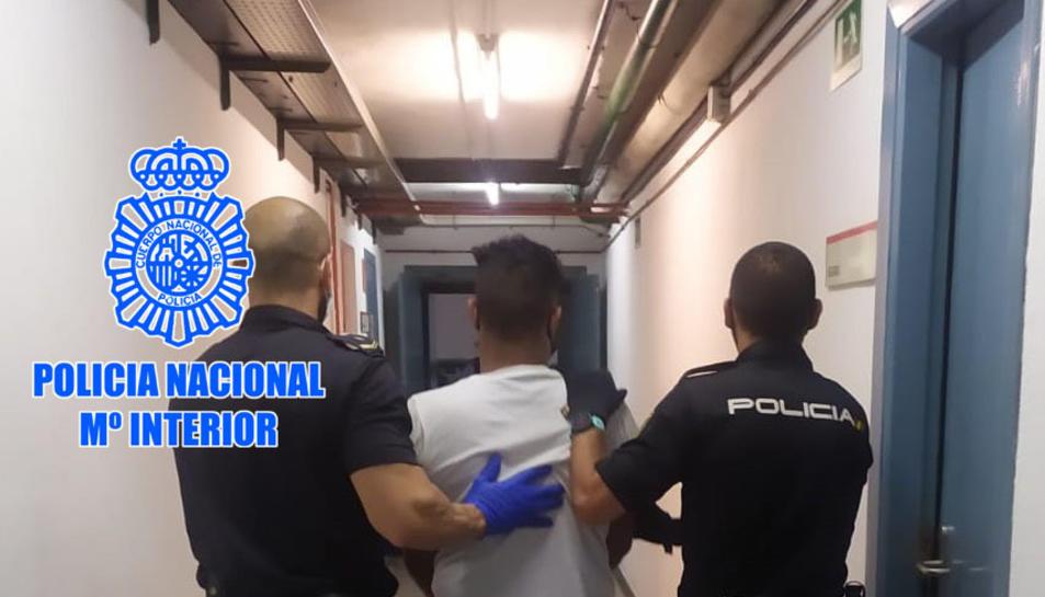 Agents de la policia amb un dels detinguts.