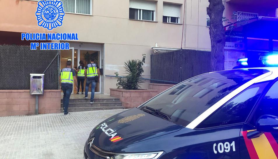 Agents de la policia accedint a l'edifici pon hi havia un dels pisos utilitzat per l'organització.