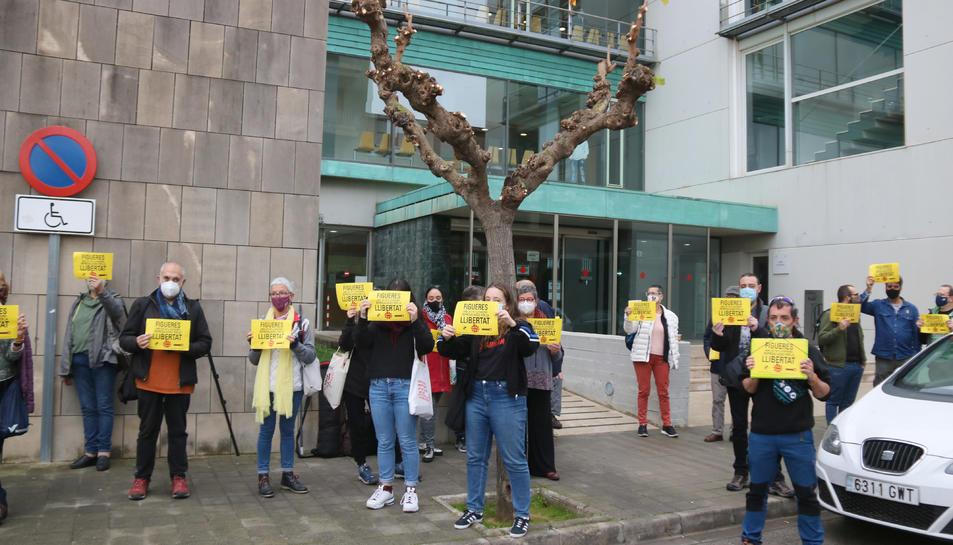 Els concentrats davant dels Jutjats de Figueres donant suport als investigats.