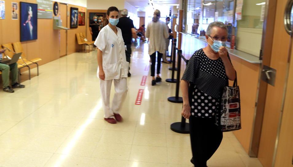 Pla general de l'entrada a consultes externes de l'Hospital Verge de la Cinta de Tortosa, amb facultatius i pacients recuperant la normalitat assistencial