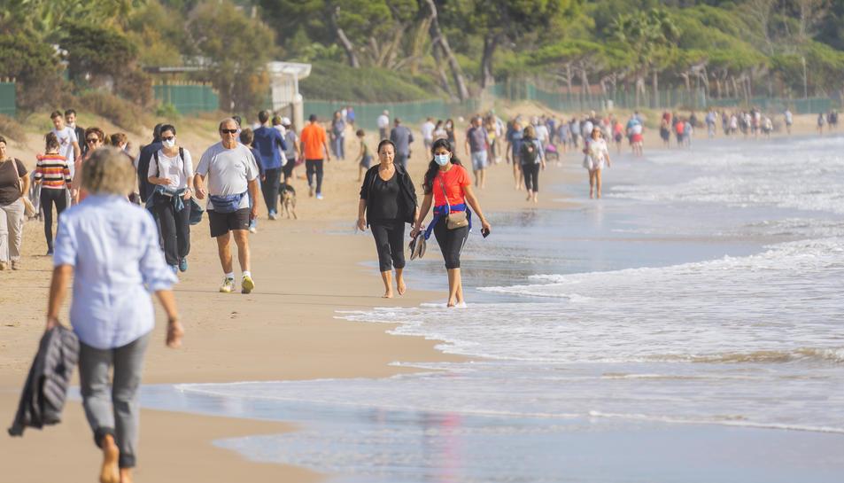 Moltes persones que ahir passejaven per la platja Llarga van explicar que ho fan sovint i que han notat un increment últimament.