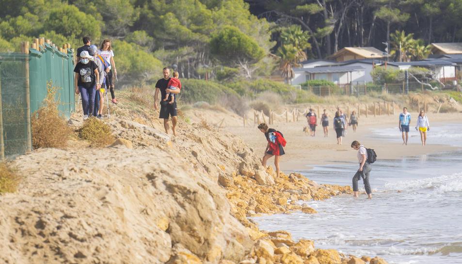 Amb el mal temps, el mar va fer desaparèixer la platja novament.