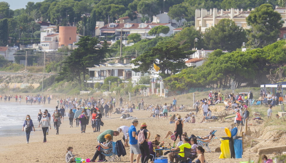 Imatge que presentava ahir la platja Llarga de la ciutat de Tarragona cap a les dotze del migdia, aproximadament. Davant dels locals oberts, alguns també consumien.