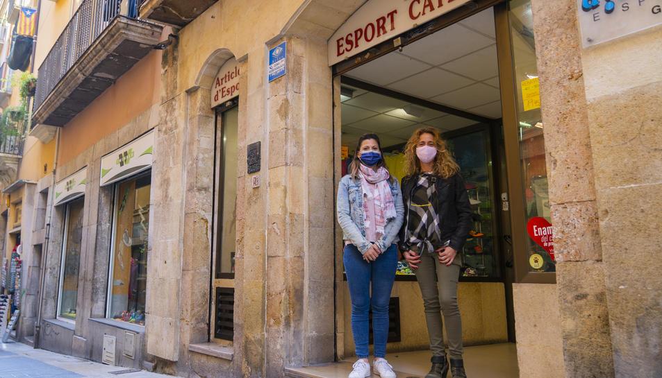 Sònia i Ester Pérez, a l'establiment del carrer Major especialitzat en l'àmbit de l'esport.