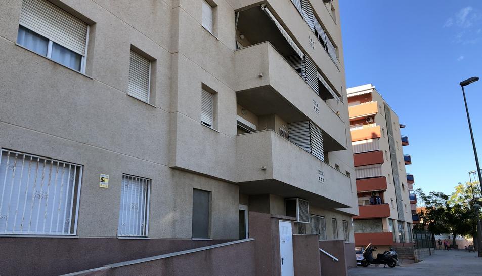 Imatge del bloc número 9 del carrer Cassen on es pot veure la finestra tapiada pels veïns.