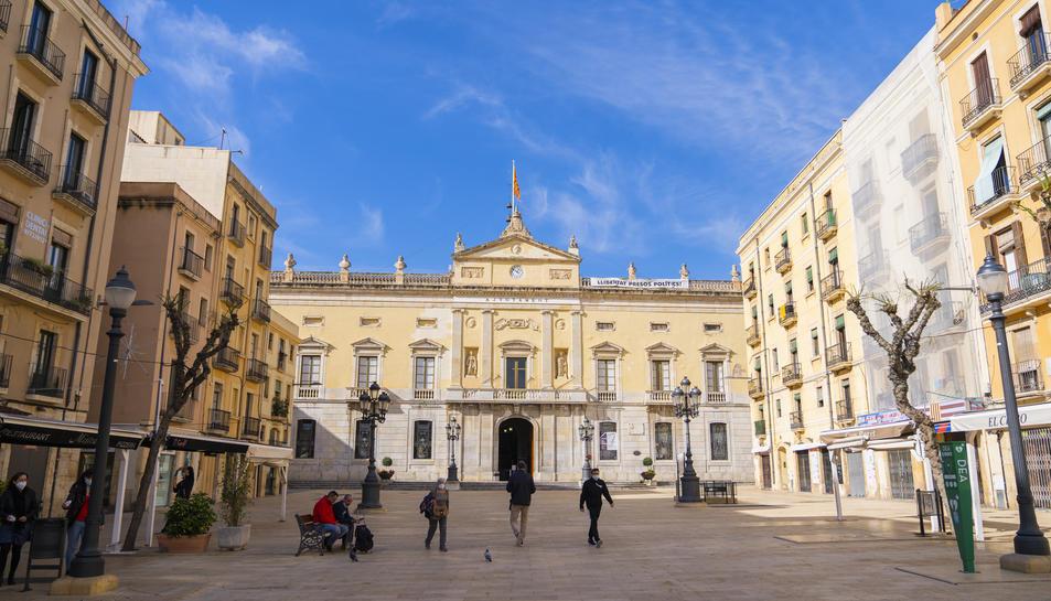 Imatge de la façana de l'Ajuntament de Tarragona amb una plaça de la Font amb poc moviment.