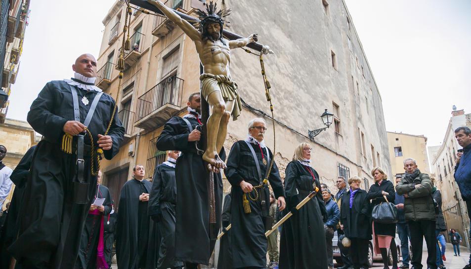 Pintado, a la dreta de la imatge, portant el Sant Crist en un acte de la Setmana Santa tarragonina.