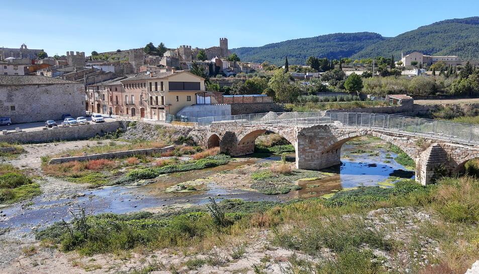 L'emblemàtic pont Vell de Montblanc, amb les lleres netes i construccions encara afectades al seu entorn per la riuada d'ara fa un any.