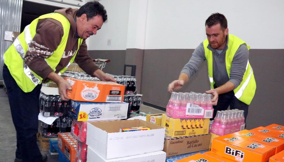 Voluntaris a la seu del Banc dels Aliments al Camp de Tarragona, ubicada a Reus, classificant aliments.