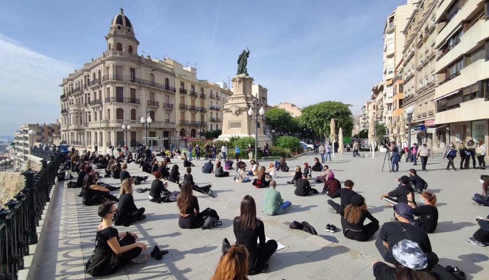 Els professors i centres de dansa han protesta davant el Balcó del Mediterrani.