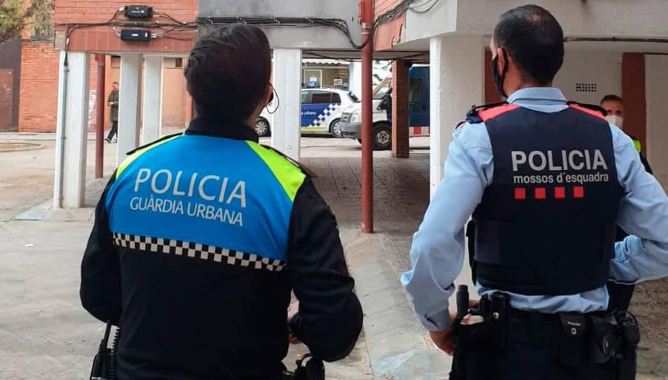 Un agent dels Mossos i de la Guàrdia Urbana durant l'operatiu conjunt a Mas Pellicer.
