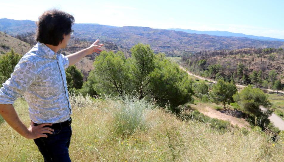 Pla americà de l'alcalde de Flix, Francesc Barbero, assenyalant una de les zones cremades per l'incendi, prop de l'ermita del Remei.