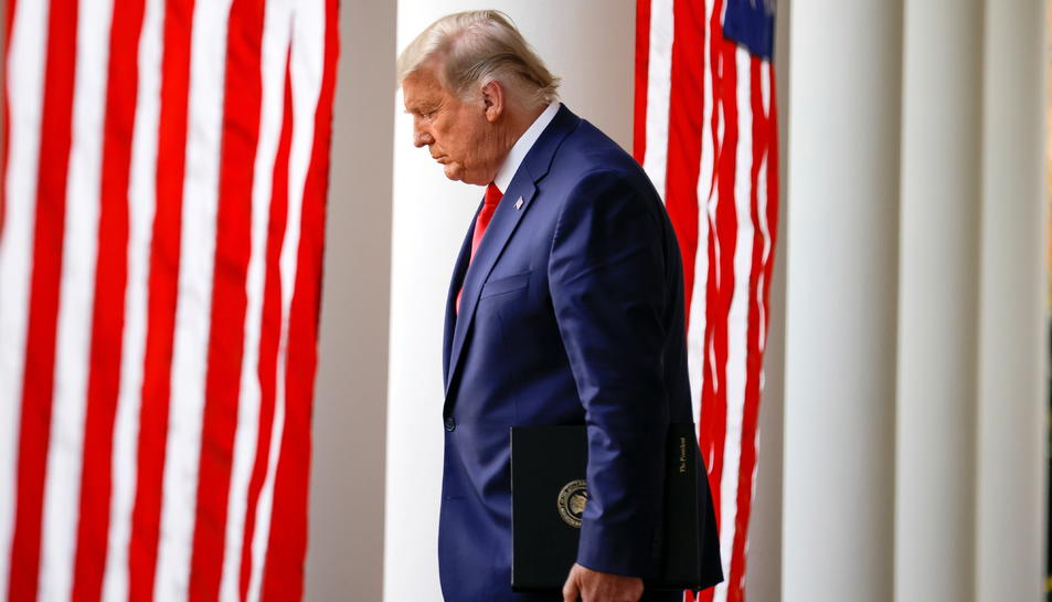 El president sortint dels Estats Units, Donald Trump, capcot en la seva primera compareixença en vuit dies després de les eleccions