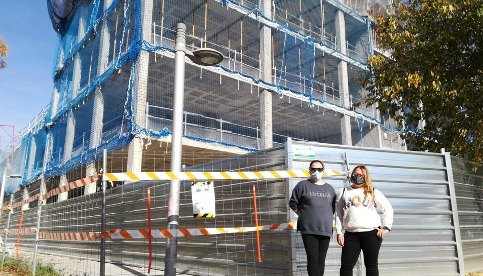Noèlia Garcia i Roser Barrio, ahir davant l'edifici en construcció del CPO, on es posaran nous fanals.