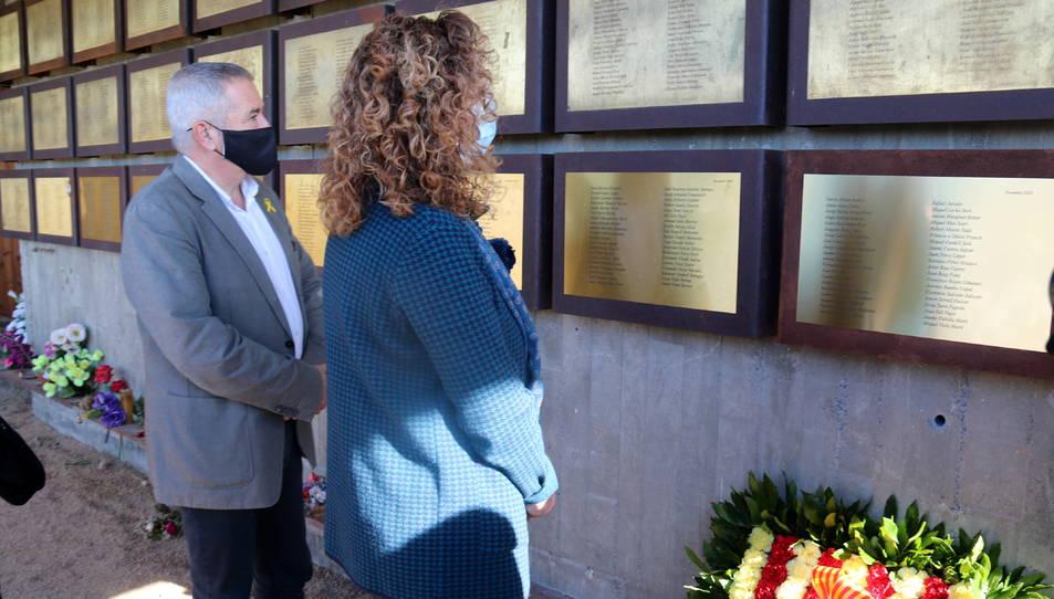 La consellera de Justícia, Ester Capella, i el delegat del Govern a l'Ebre, Xavier Pallarés, mirant la nova placa del Memorial de les Camposines.