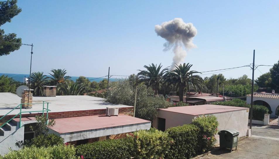 Imatge del fum que va provocar la segona explosió d'Alcanar.