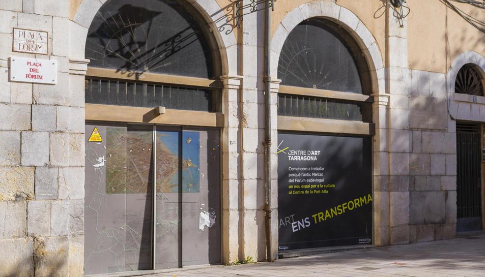 Un cartell a la façana anuncia el futur ús que tindrà l'edifici del Mercat del Fòrum.