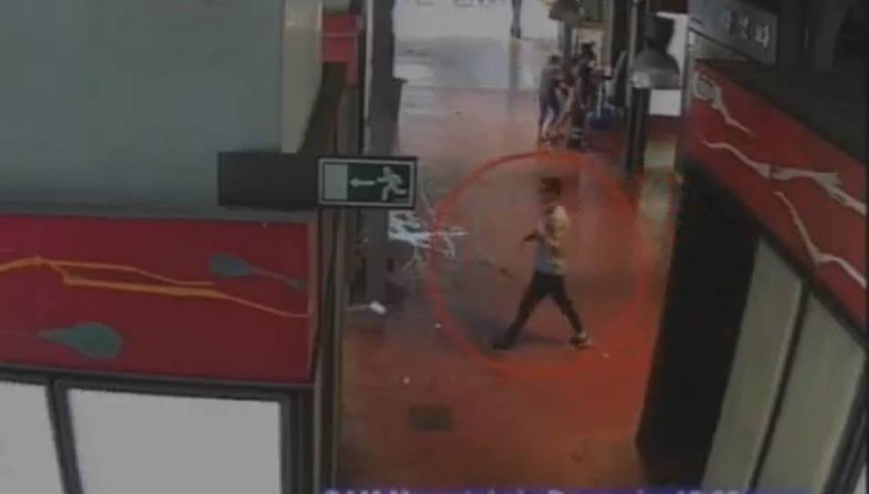 Captura d'un vídeo d'una càmera de seguretat de la Boqueria en què es veu a en Younes Abouyaaqoub fugint després de l'atropellament.