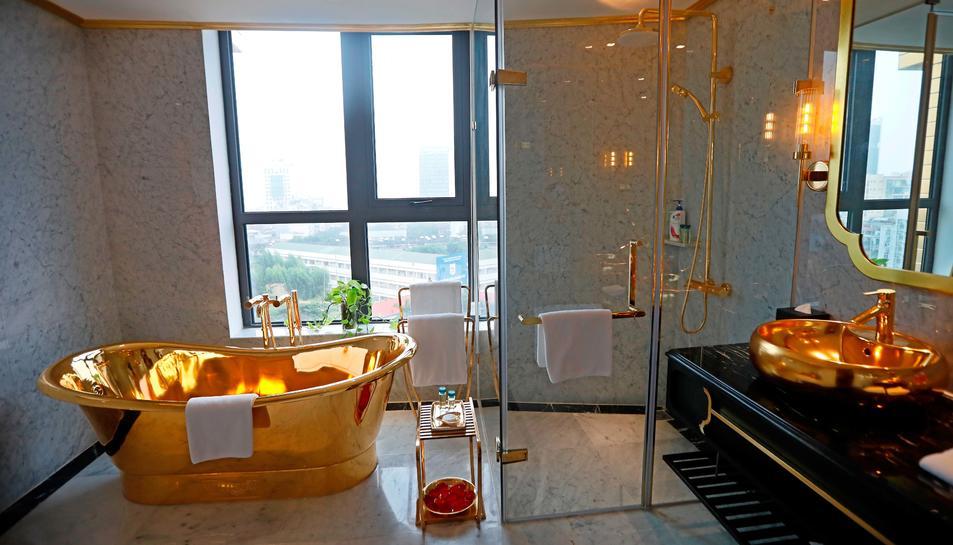 El primer hotel del mundo cubierto de oro, por fuera y por dentro
