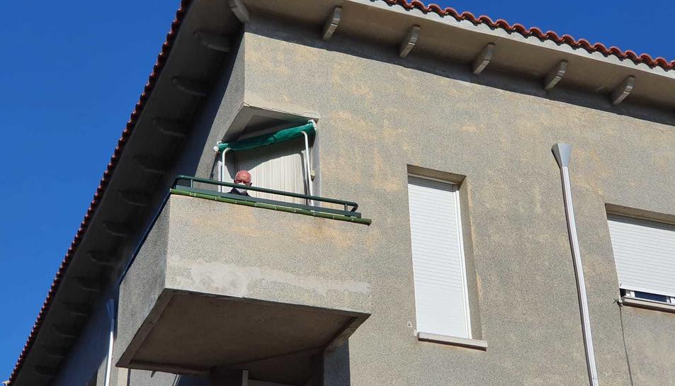 Feito al balcó de casa seva.