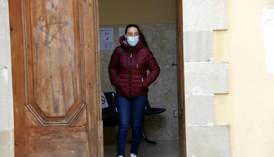 La mare del menor d'un mes de Tàrrega amb lesions greus, sortint dels jutjats de Cervera.