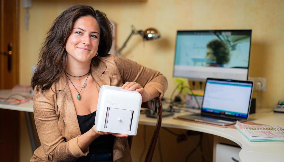 Judit Giró amb el prototip del dispositiu que li ha valgut aconseguir el premi.