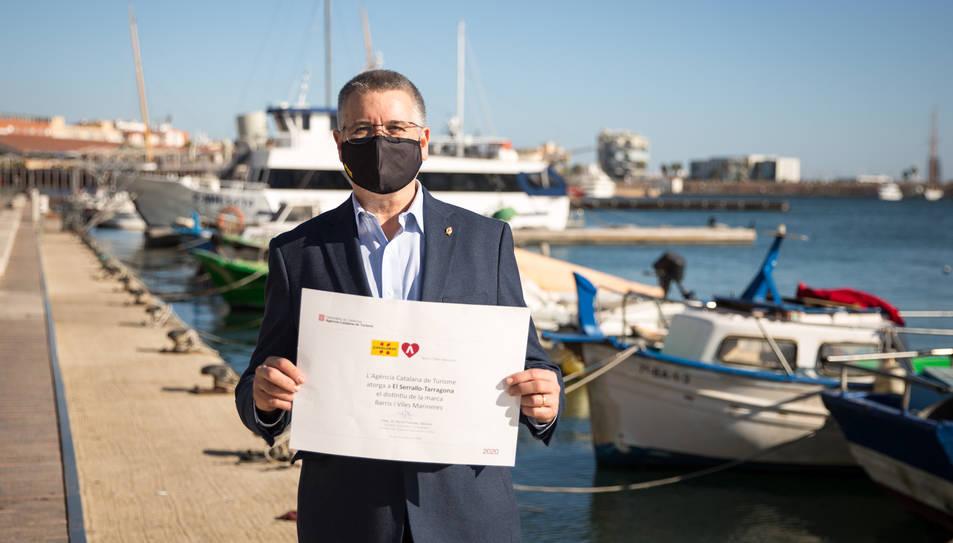 L'alcalde Pau Ricomà al Serrallo amb el distintiu de Barri Mariner.