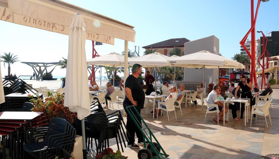 Una de les terrasses del passeig marítim de Vinaròs amb molts clients aquest divendres.