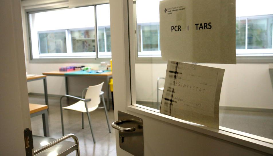 Un cartell indica la realització de proves PCR i TA en un espai municipal cedit per l'Ajuntament de Barcelona.