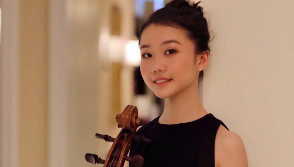 Pla mitjà de la violoncel·lista Xuanhan Xu, guanyadora del primer premi del Guardó Internacional Pau Casals 2020. Imatge publicada el 20 de novembre del 2020 (vertical)