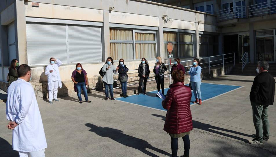 Gairebé una trentena de treballadors de la residència Alt Camp de Valls, en assemblea