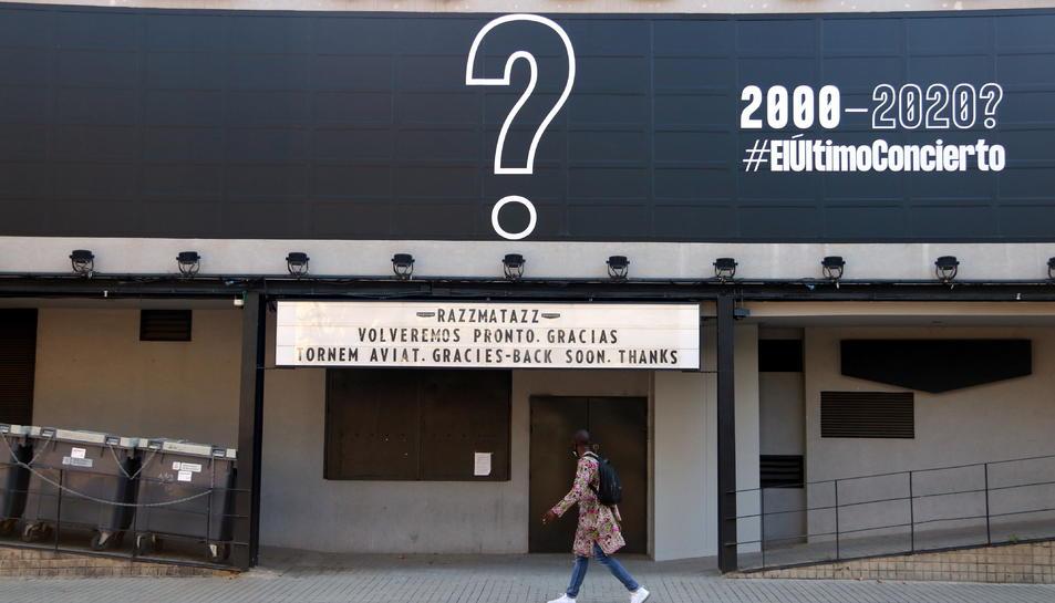 La façana del Razzmatazz, amb el cartell per anunciar el seu