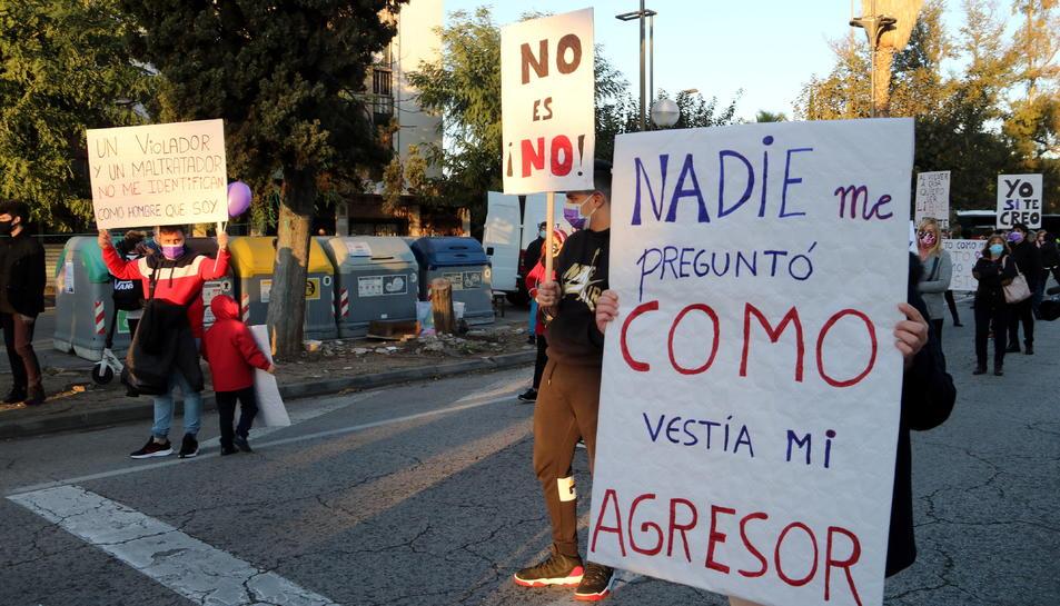 Manifestants amb pancartes en el tall de carretera a l'N-340 A l'altura del barri d'Icomar de Tarragona per demanar més seguretat i presència policial als barris de Ponent de la ciutat