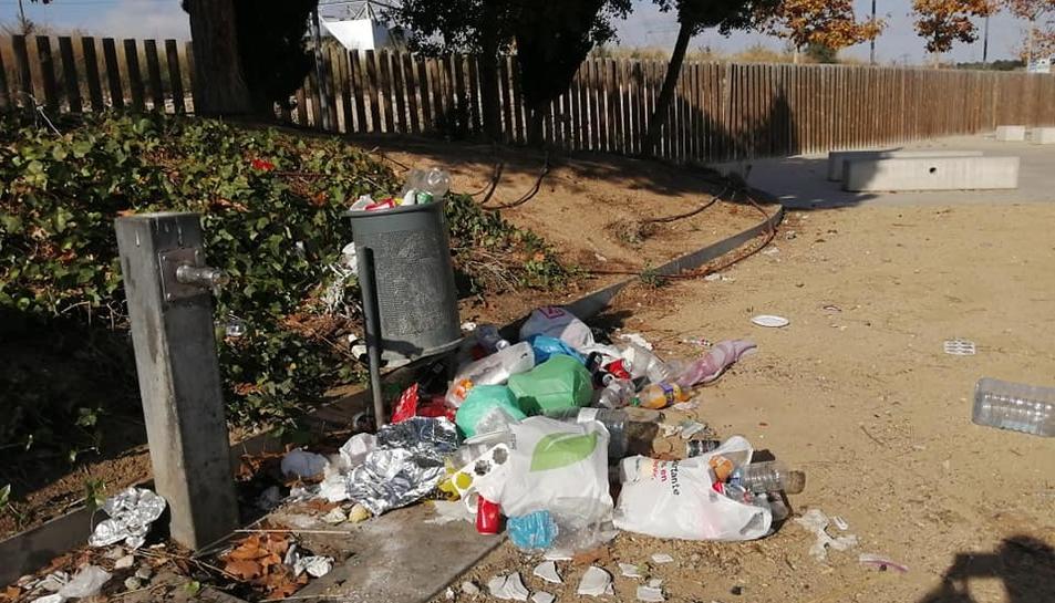 Estat en què es trobava el parc del barri de Bonavista ahir al matí.