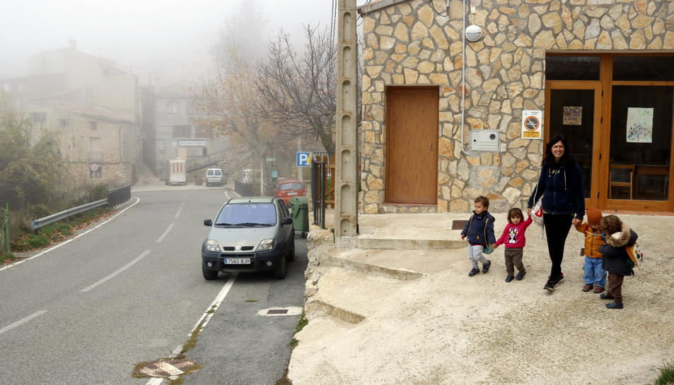 L'educadora i els infants sortint de l'espai familiar d'autogestionat de La Muntanya d'Arbolí