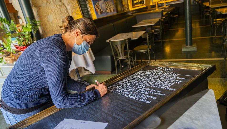 Marta Ferré escriu les propostes gastronòmiques que ofereix l'establiment Cappuccino de la plaça de la Font.