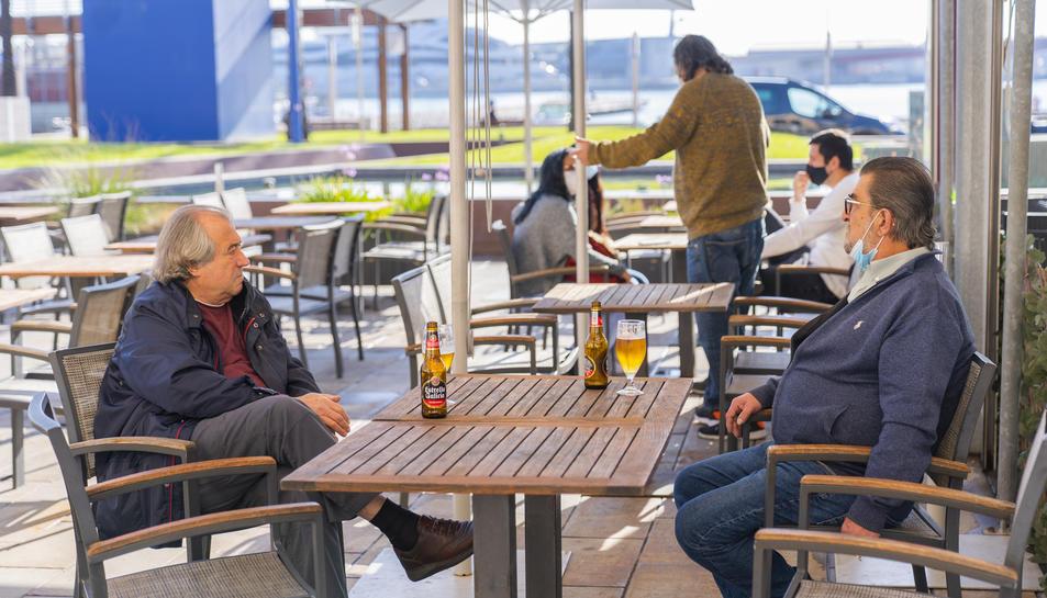 Dos clients del City i al fons, d'esquena, Josep Rosario.